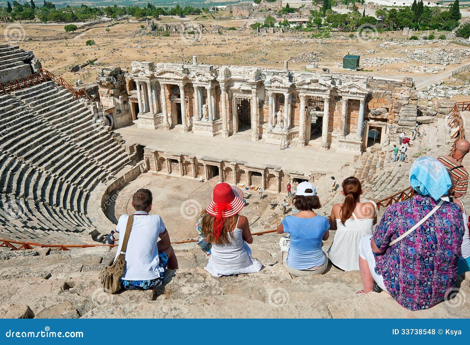 Туристы посещают старый театр в Турции