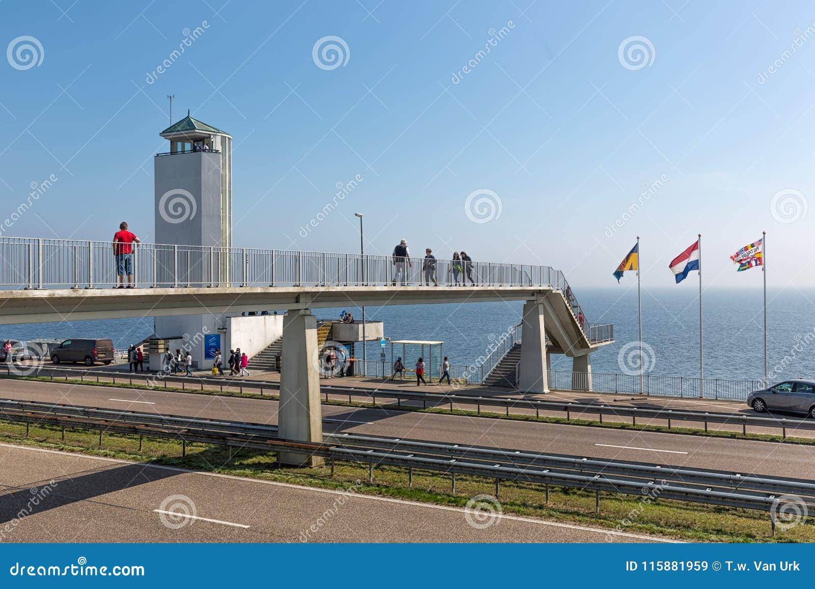 Туристы посещая положение где afsluitdijk закрыто