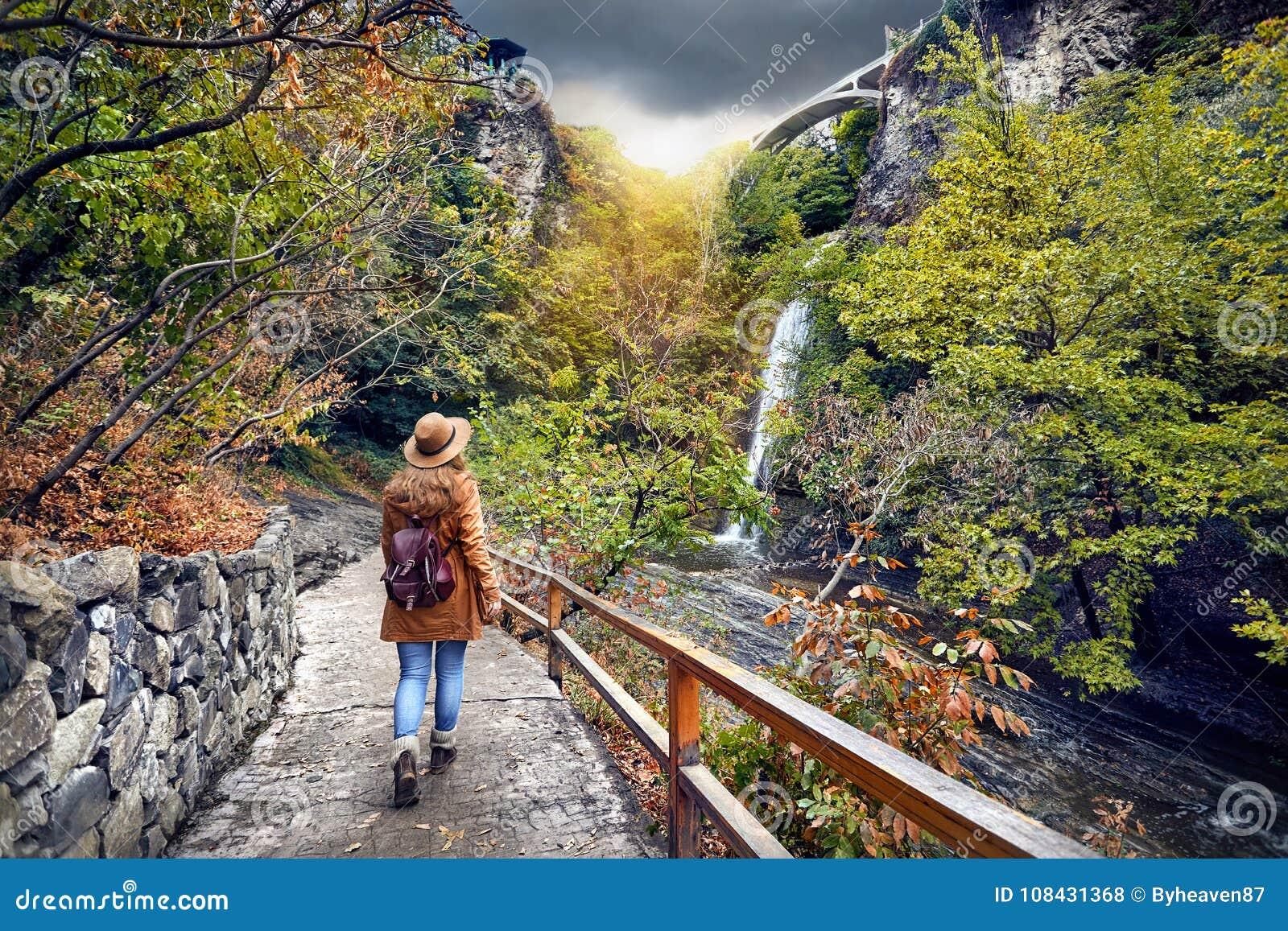 Турист в ботаническом саде в Тбилиси