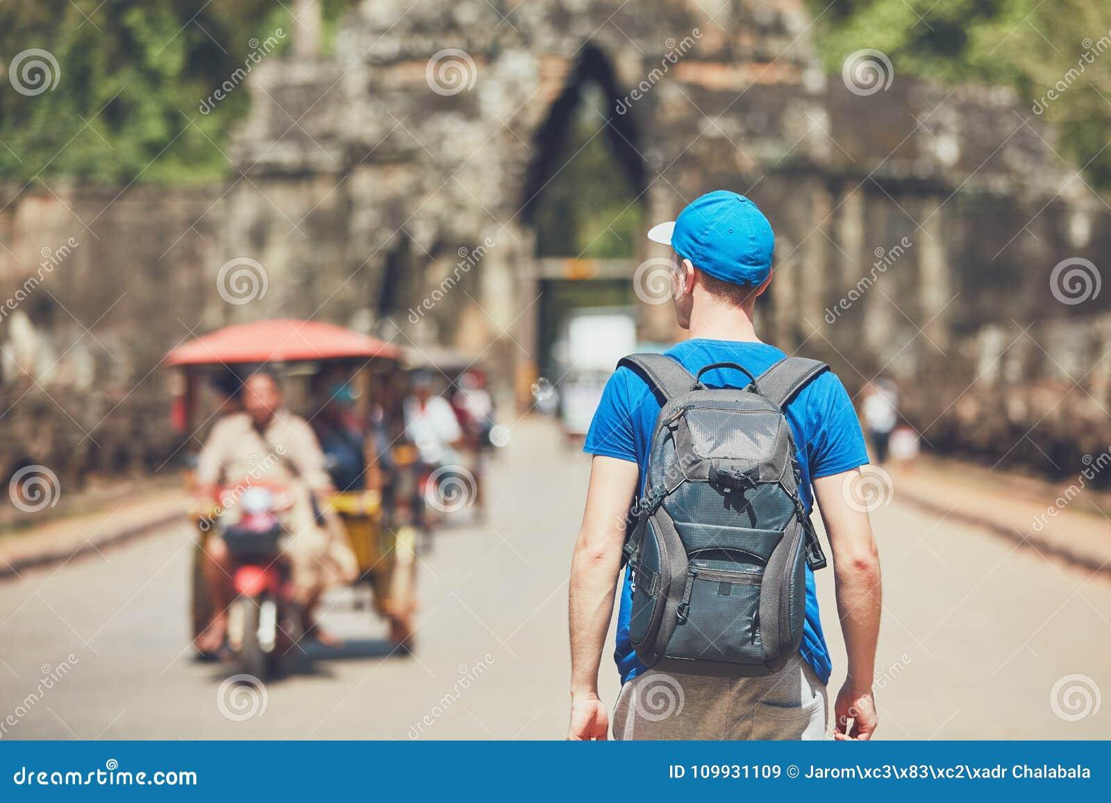Турист в древнем городе