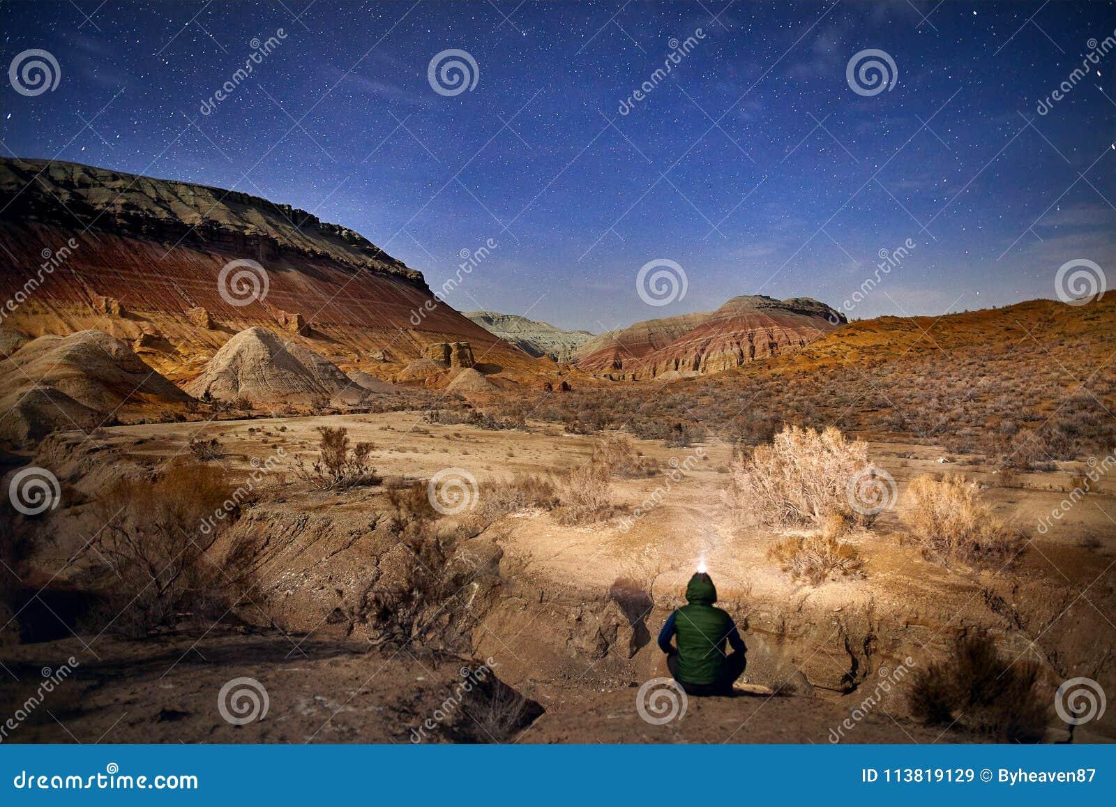 Турист в пустыне на ноче