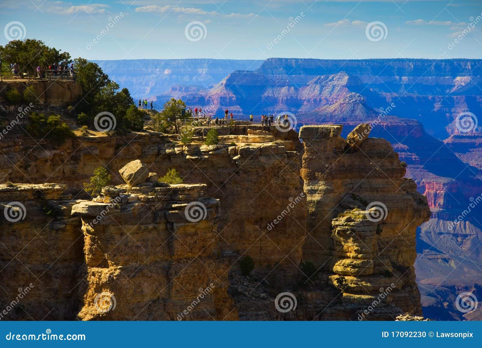 турист грандиозной оправы каньона зоны южный