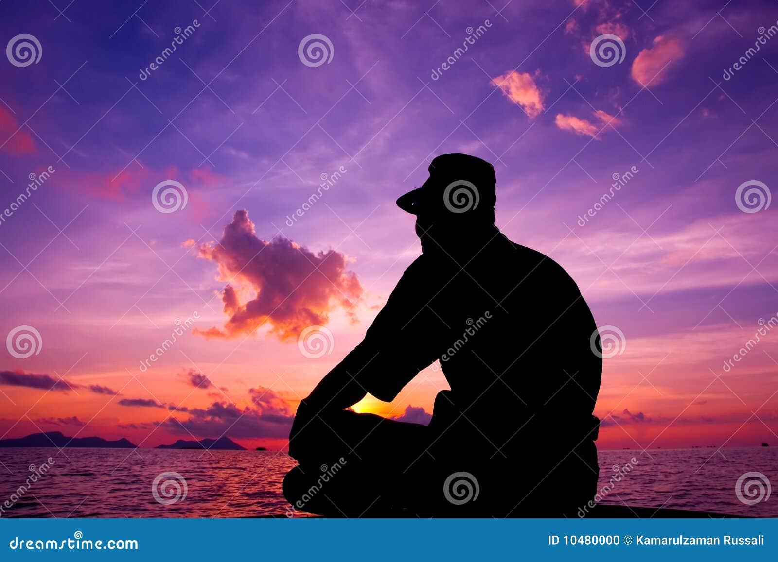 Турист ждет восход солнца