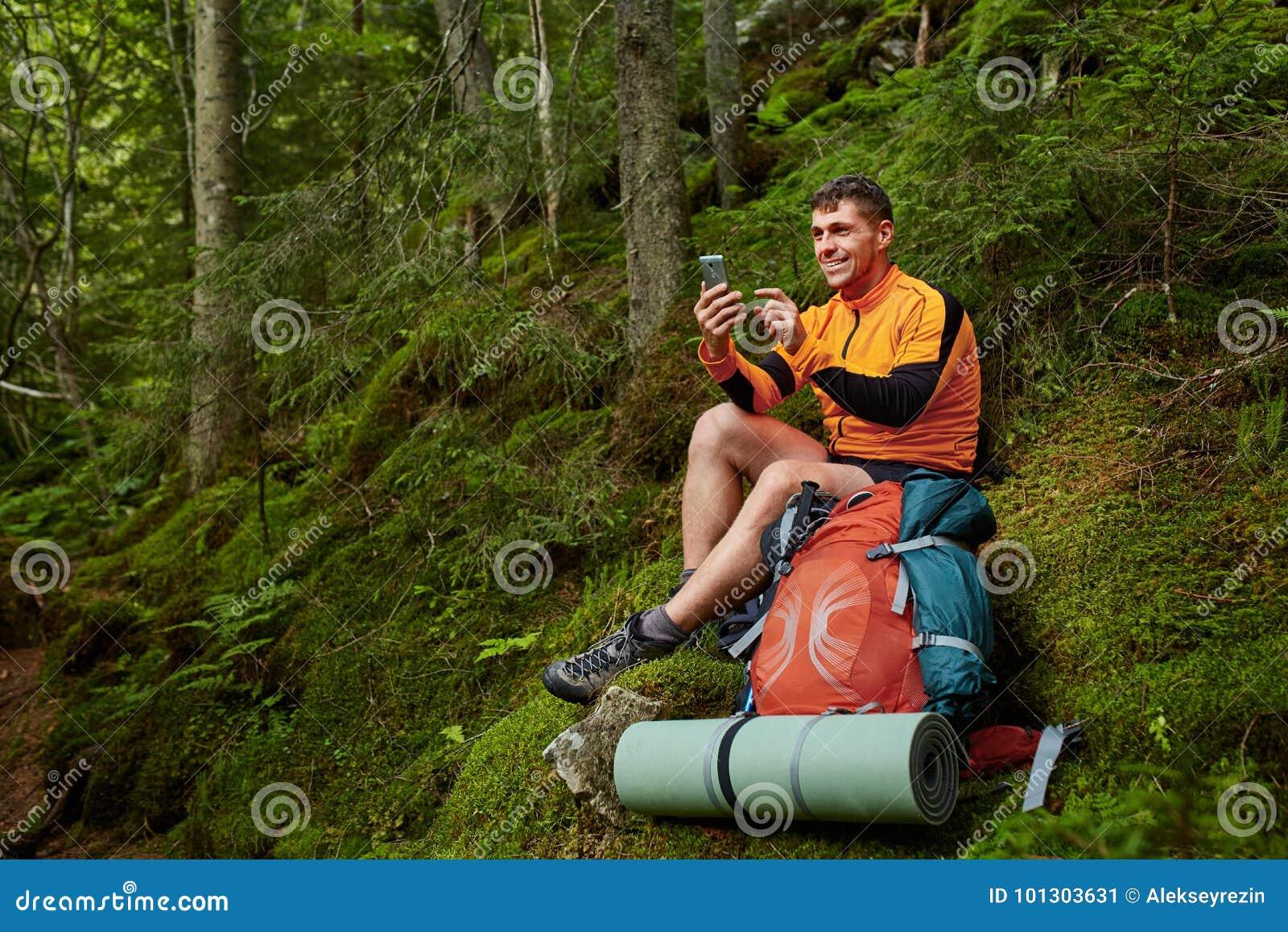 Дама на отдыхе в лесу с молодым человеком — photo 2