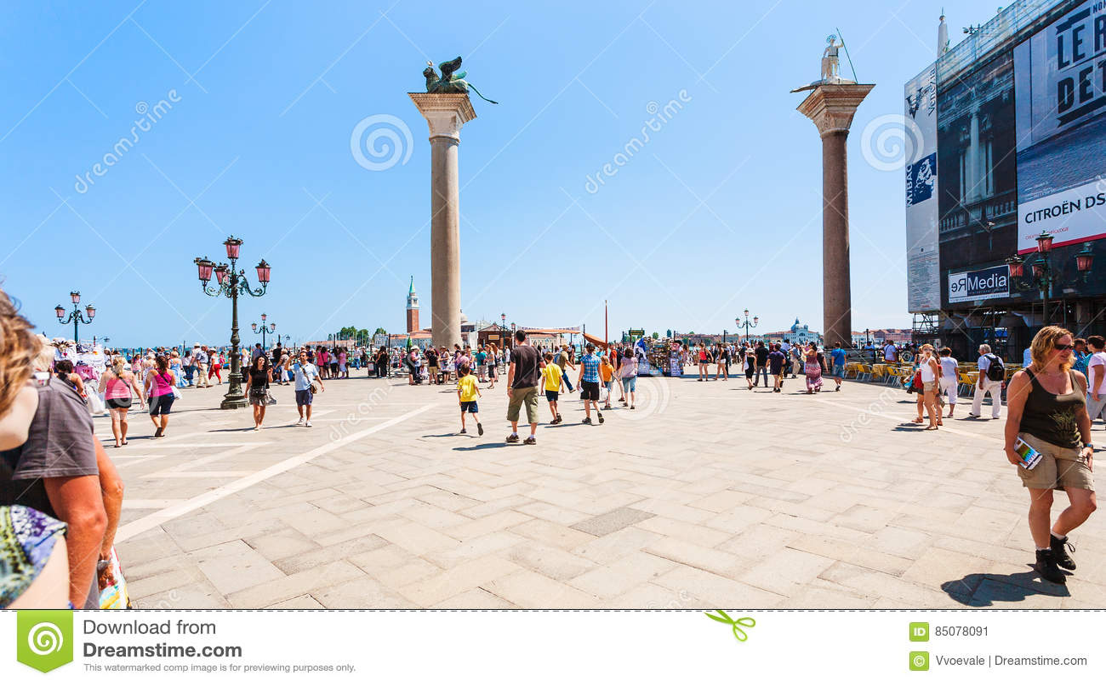 Турист на аркаде Сан Marco в Венеции