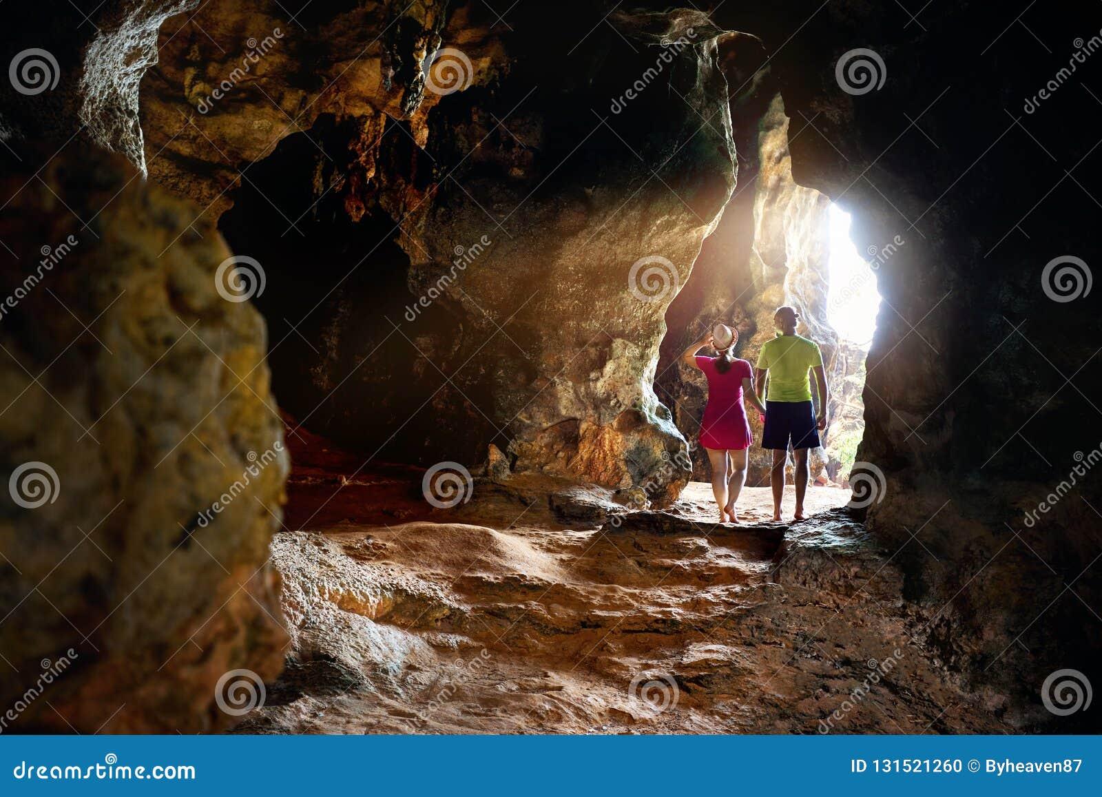 Турист на тропической пещере в Таиланде