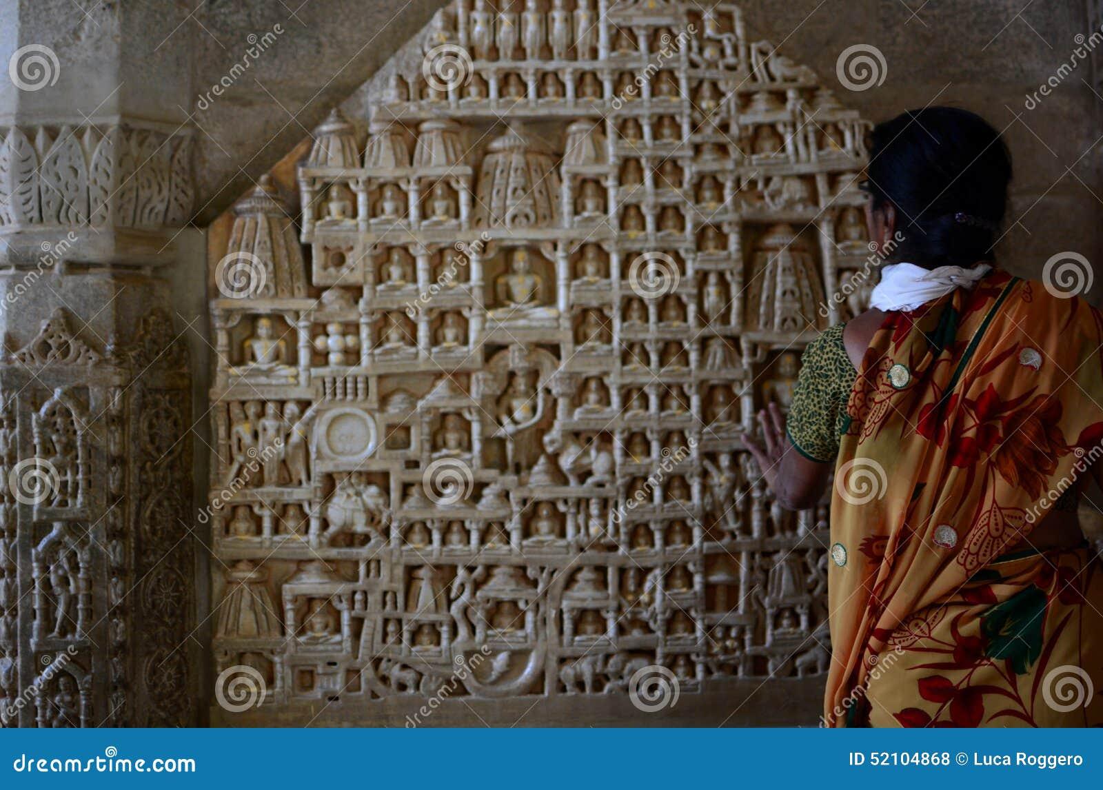 Турист около scupltures Tirthankara jain висок Ranakpur Раджастхан Индия