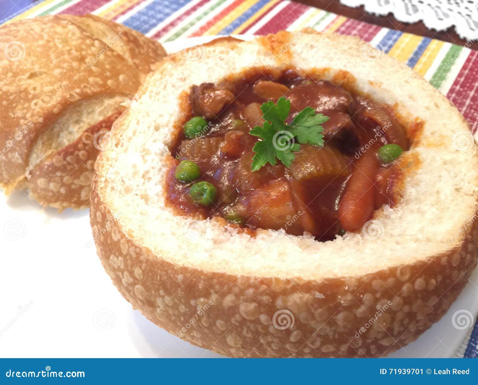 Тушёное мясо говядины в шаре хлеба