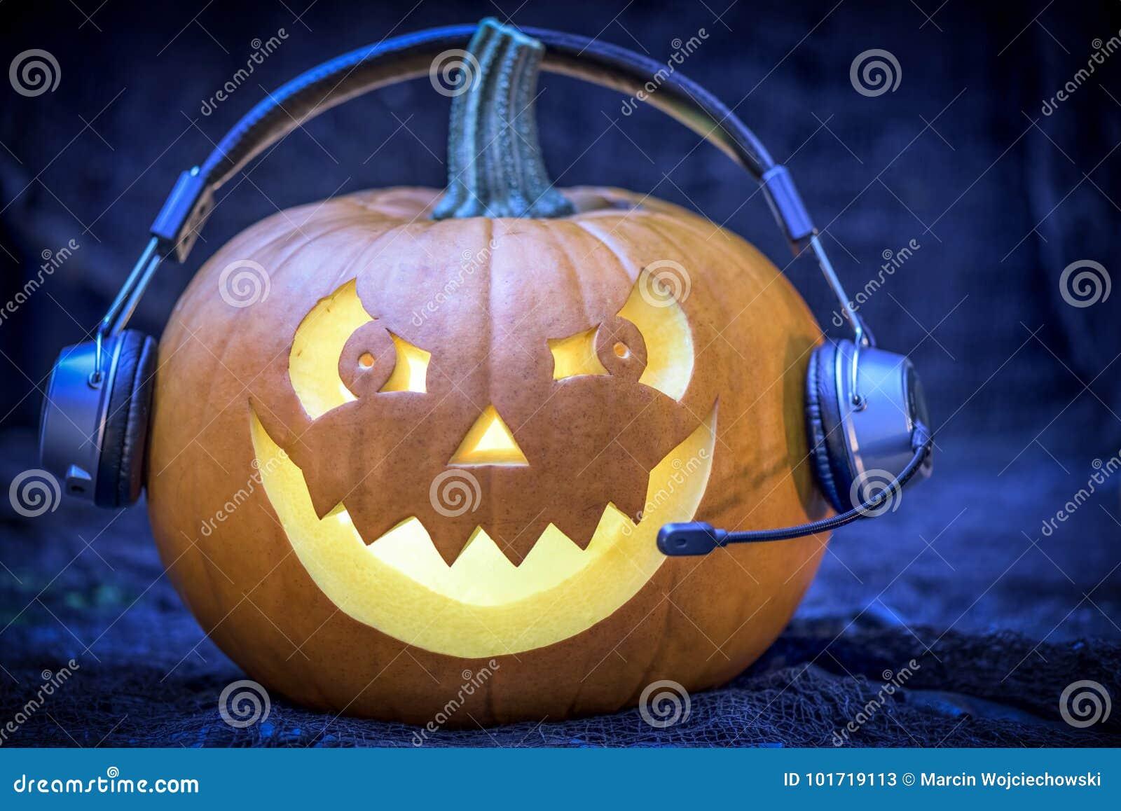 Тыква в наушниках - открытка хеллоуина