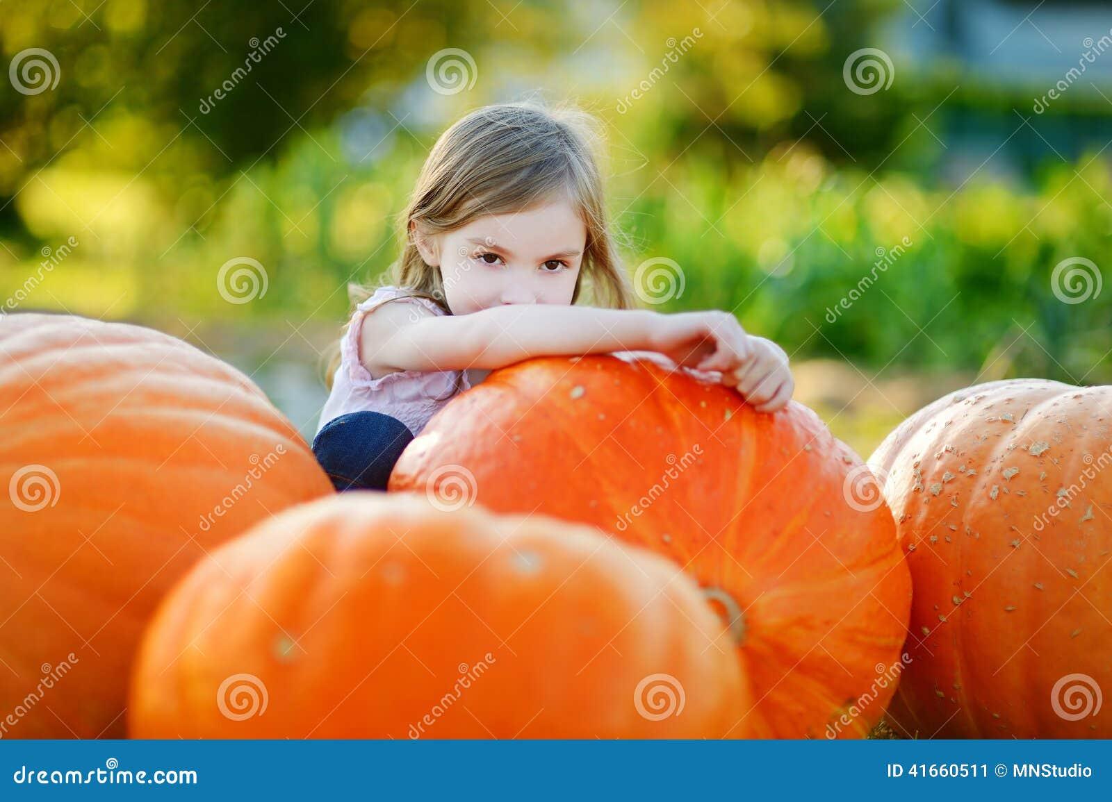 Тыква прелестный обнимать маленькой девочки большая
