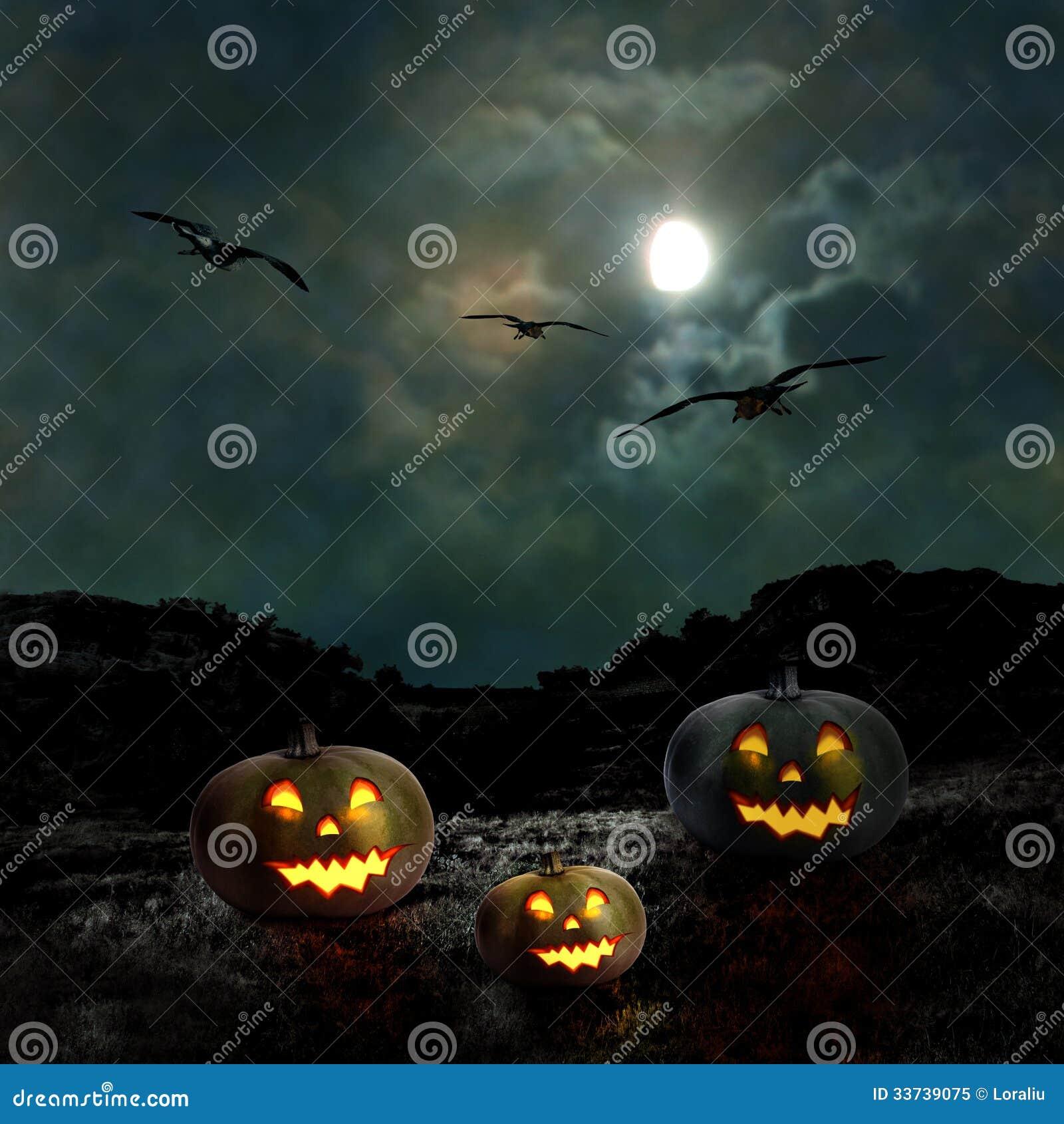 Тыквы хеллоуина в дворе старого дома на ноче