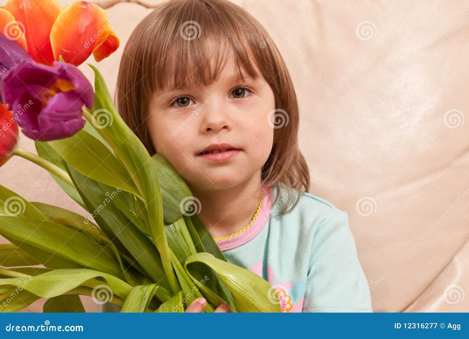 Скачать бесплатно фото девушки с тюльпанами