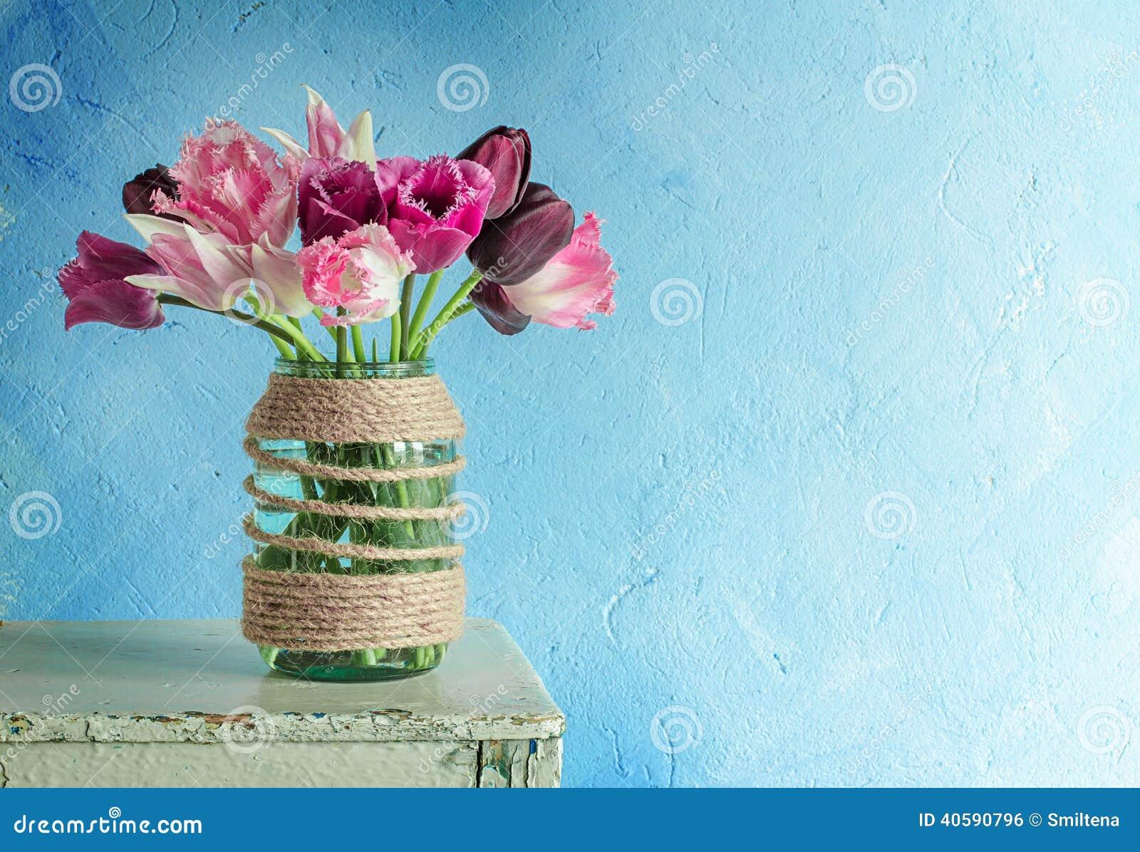 Тюльпаны в стеклянном опарнике