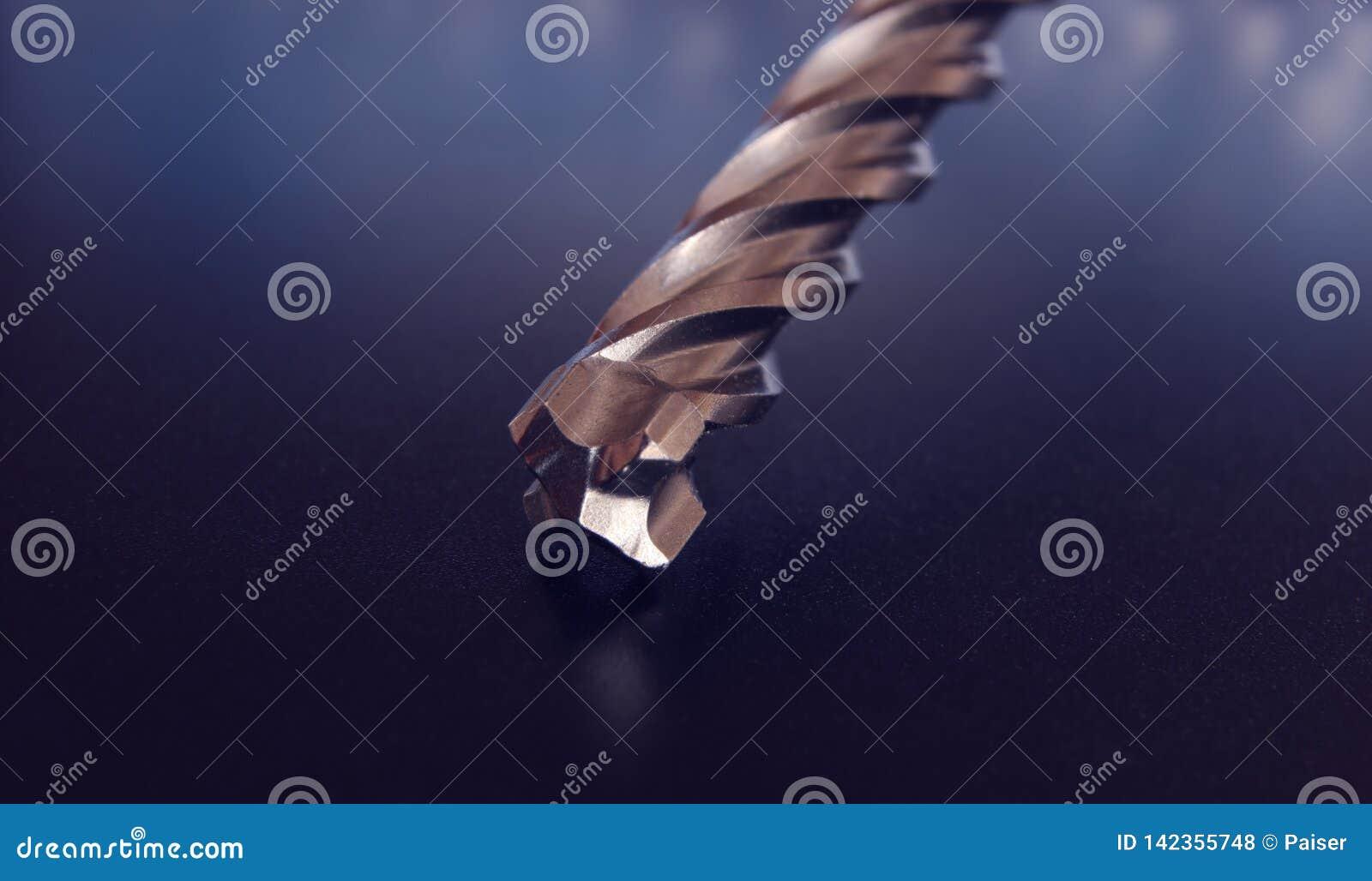 Тяжелый профессиональный буровой наконечник металла для конкретный сверлить и подрывание на красивой предпосылке инструмент Сверл