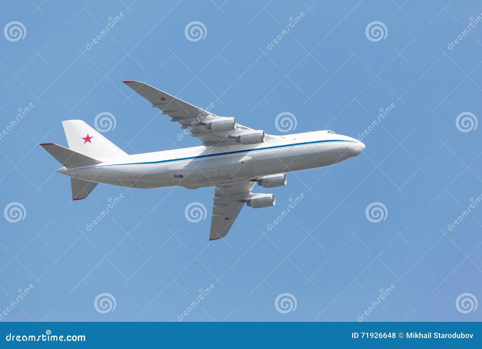 Тяжелое воздушное судно перехода принимает