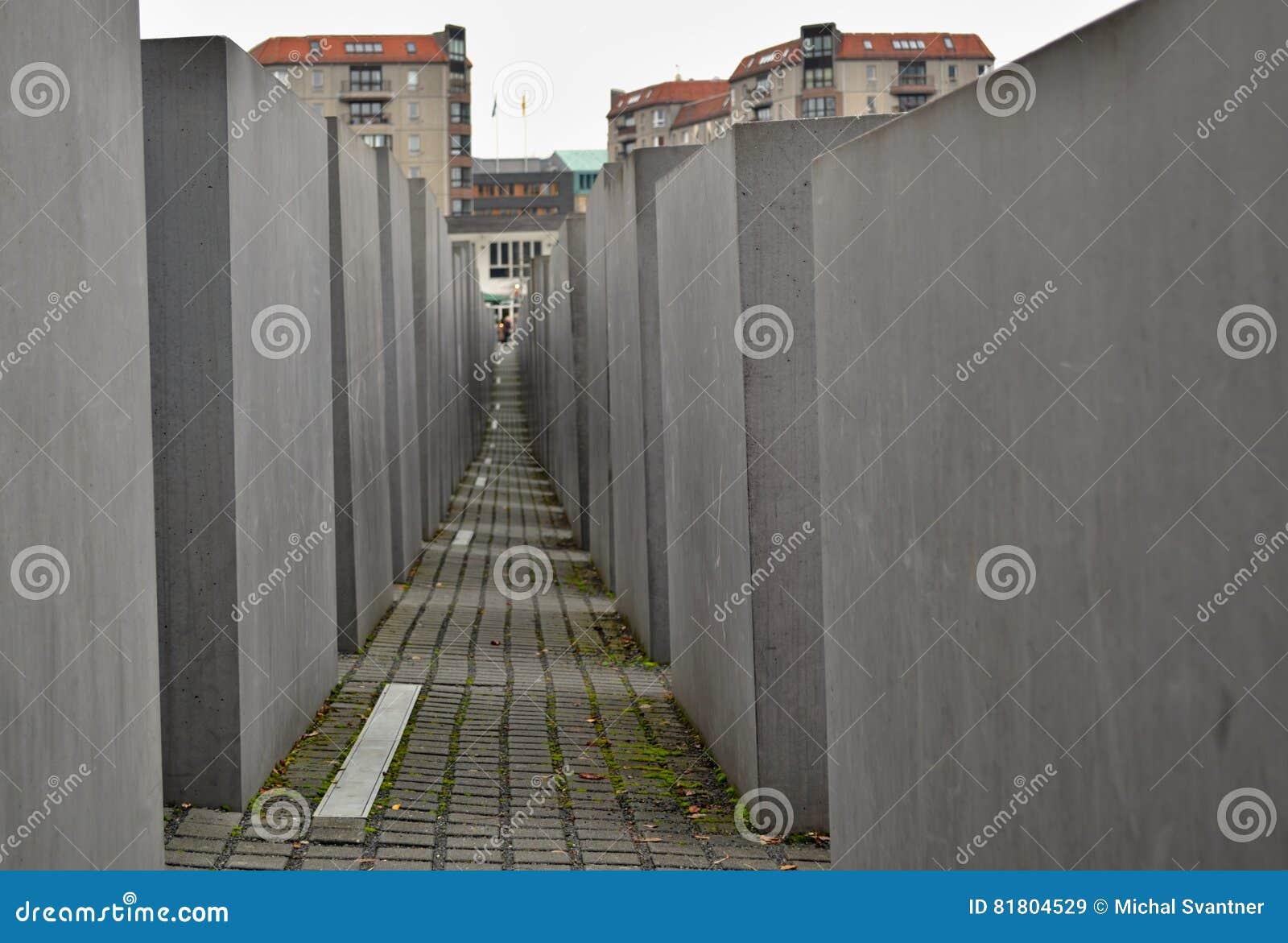 Убитые евреи мемориальные в Берлине - узкий путь между бетонными плитами