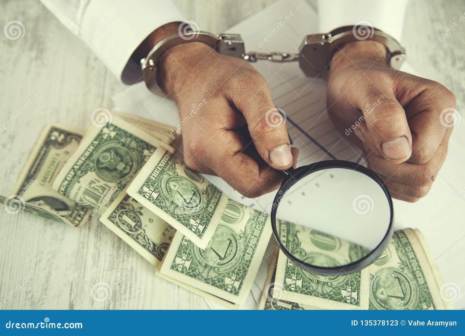 Увеличитель и деньги руки человека