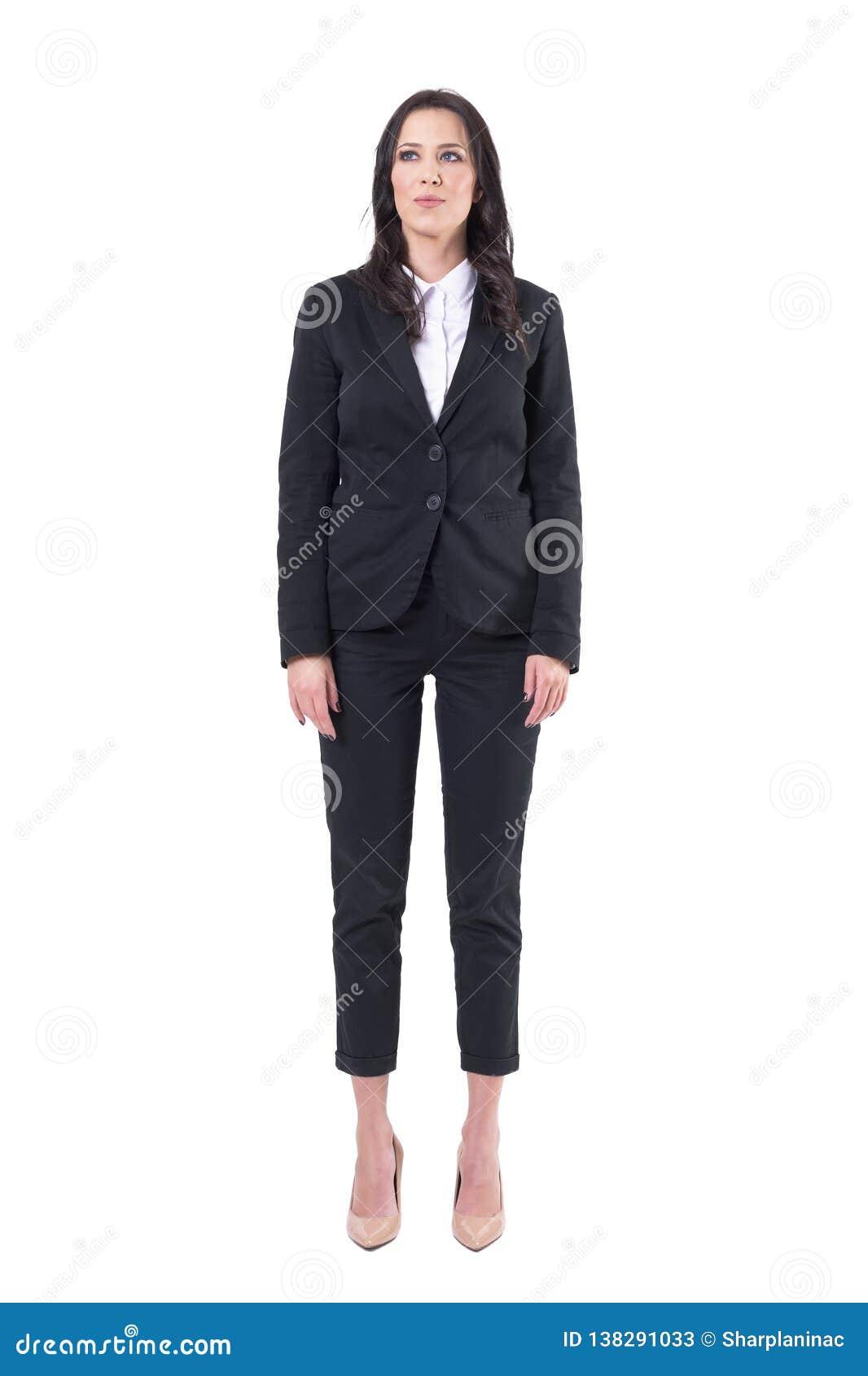 Уверенная коммерсантка в черном положении делового костюма с оружиями вниз со смотреть вверх