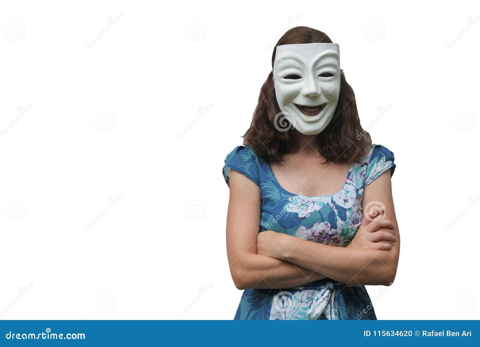Уверенно женщина нося счастливый лицевой щиток гермошлема при пересеченные оружия