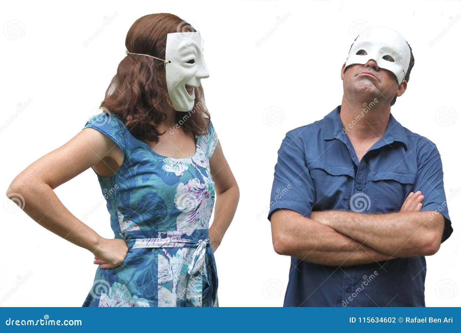 Уверенно женщина нося счастливый лицевой щиток гермошлема смотрит на unconfiden