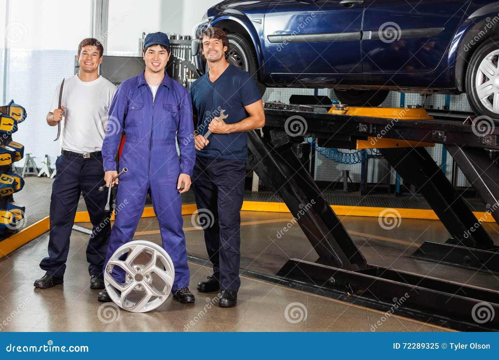 Download Уверенно механики держа ключи на гараже Стоковое Изображение - изображение насчитывающей индустрия, занятие: 72289325