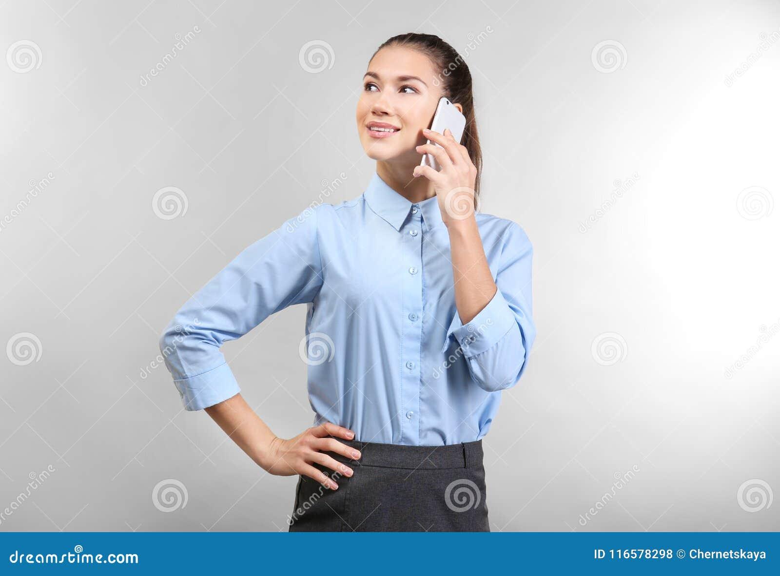 Уверенно молодая женщина говоря мобильным телефоном