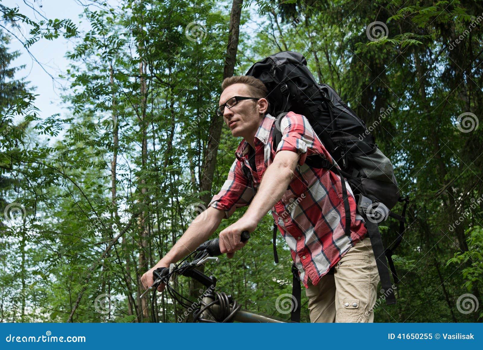 Уверенно молодой человек на велосипеде дальновидном