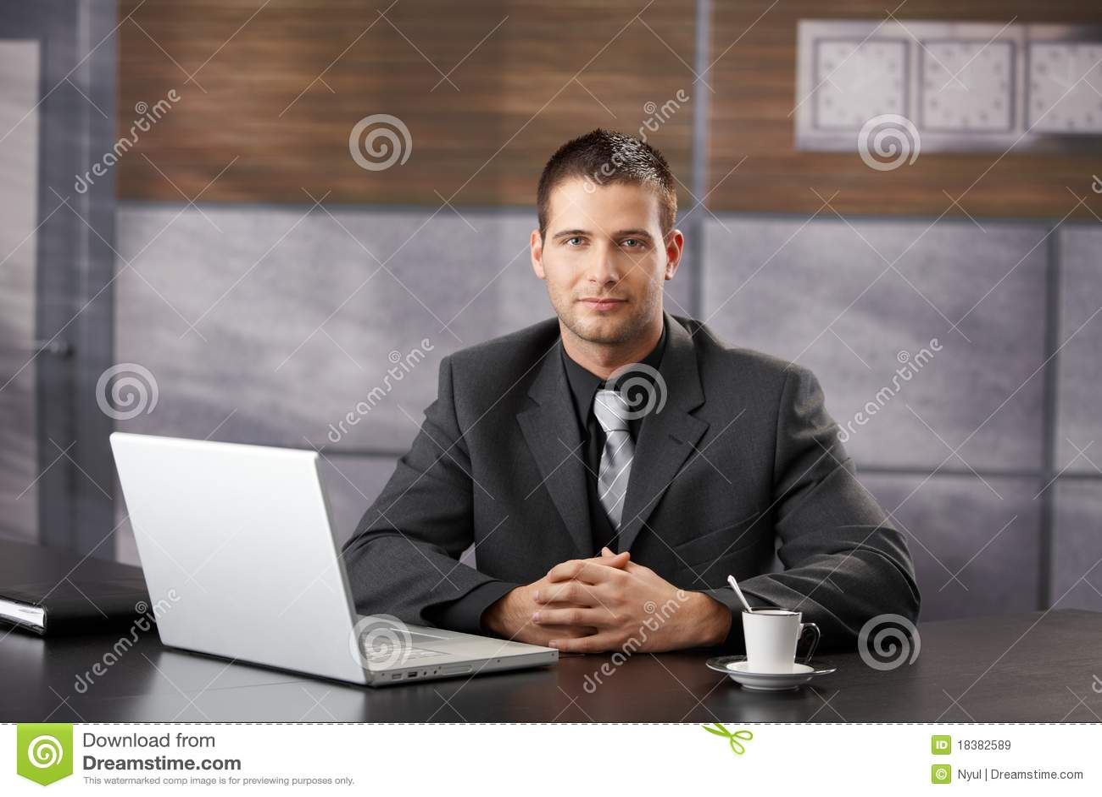 уверенно причудливый усмехаться офиса менеджера сидя