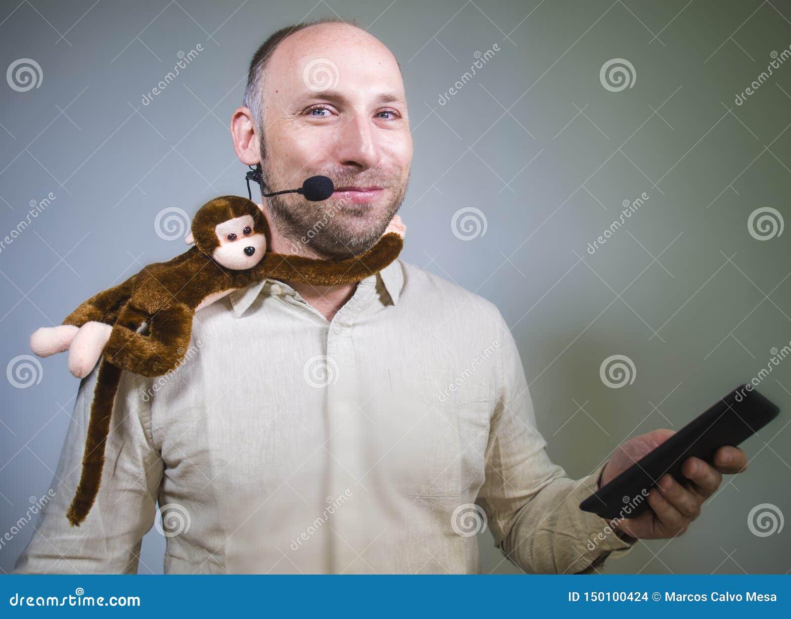 Уверенный бизнесмен говоря на тренировать корпоративного бизнеса и тренируя конференц-зале аудитории говоря об обезьяне дальше