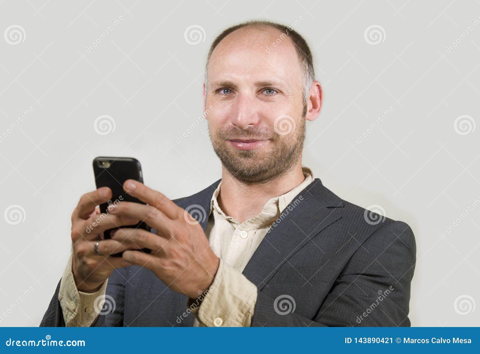 Уверенный успешный бизнесмен используя мобильный телефон имея делать онлайн дело с усмехаться мобильного телефона жизнерадостный