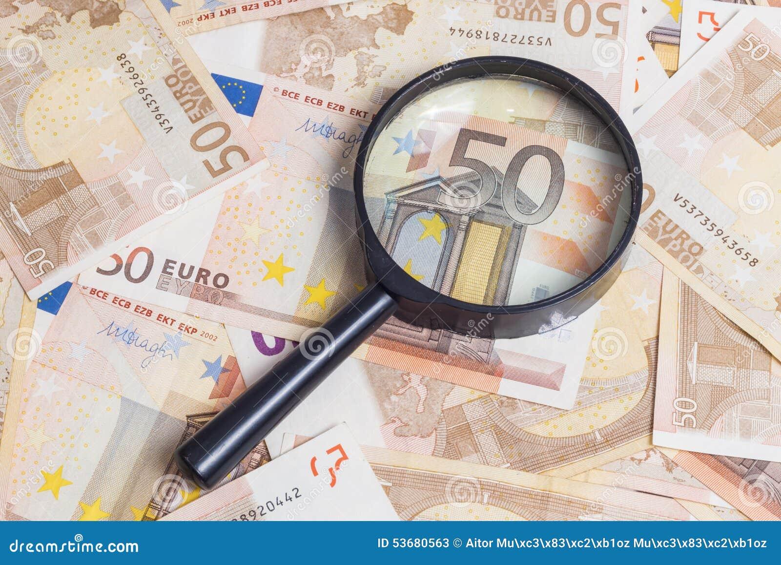 Увеличитель над 50 примечаниями евро