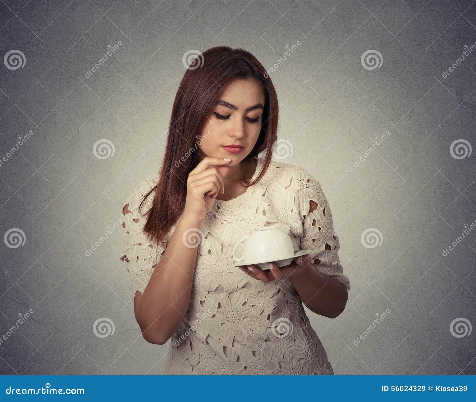 Угадывать молодой женщины думая на землях кофе