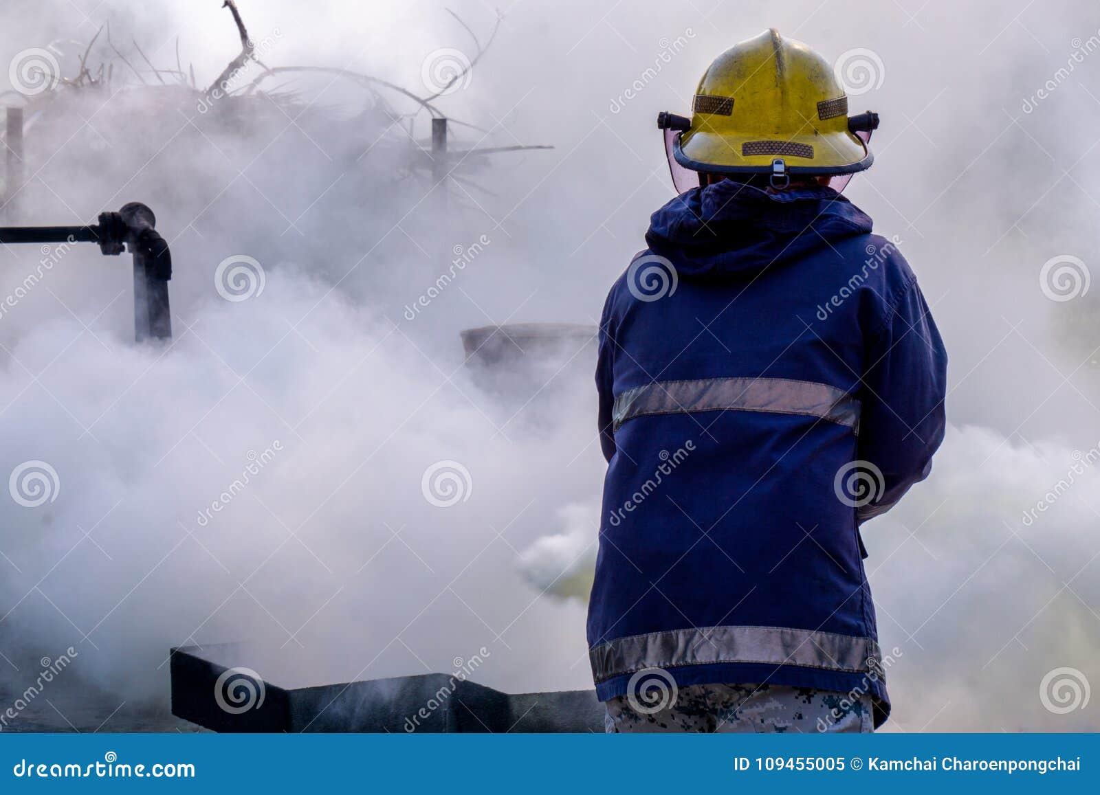 Углекислотный огнетушитель СО2 пользы пожарного для того чтобы потушить огонь создает белый дым и испаряет