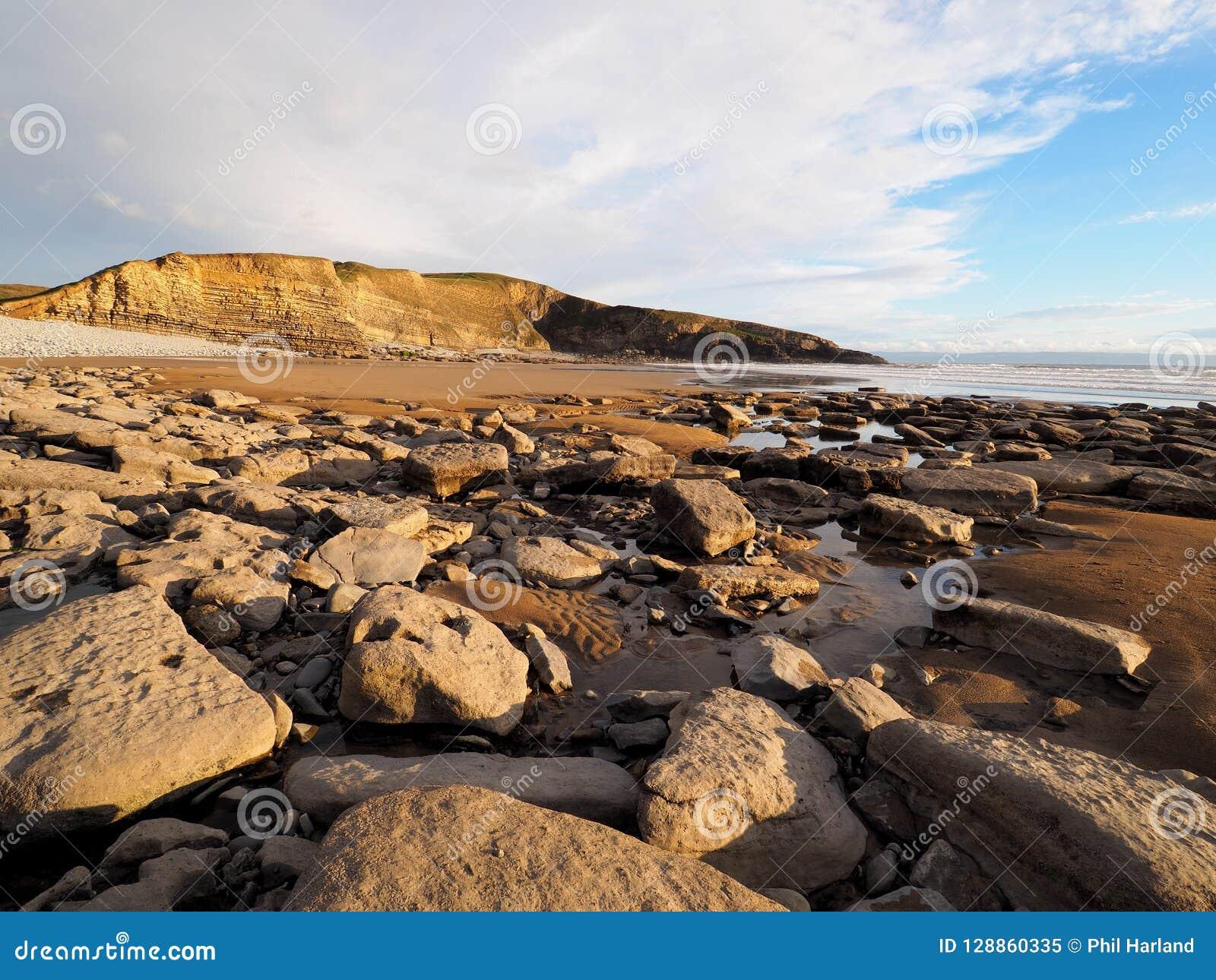 Угленосные слои скал известняка и сланца на Dunraven преследуют, Вейл Glamorgan, южного уэльса