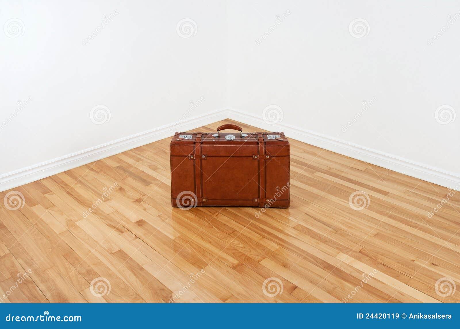 угловойой пустой кожаный сбор винограда чемодана комнаты