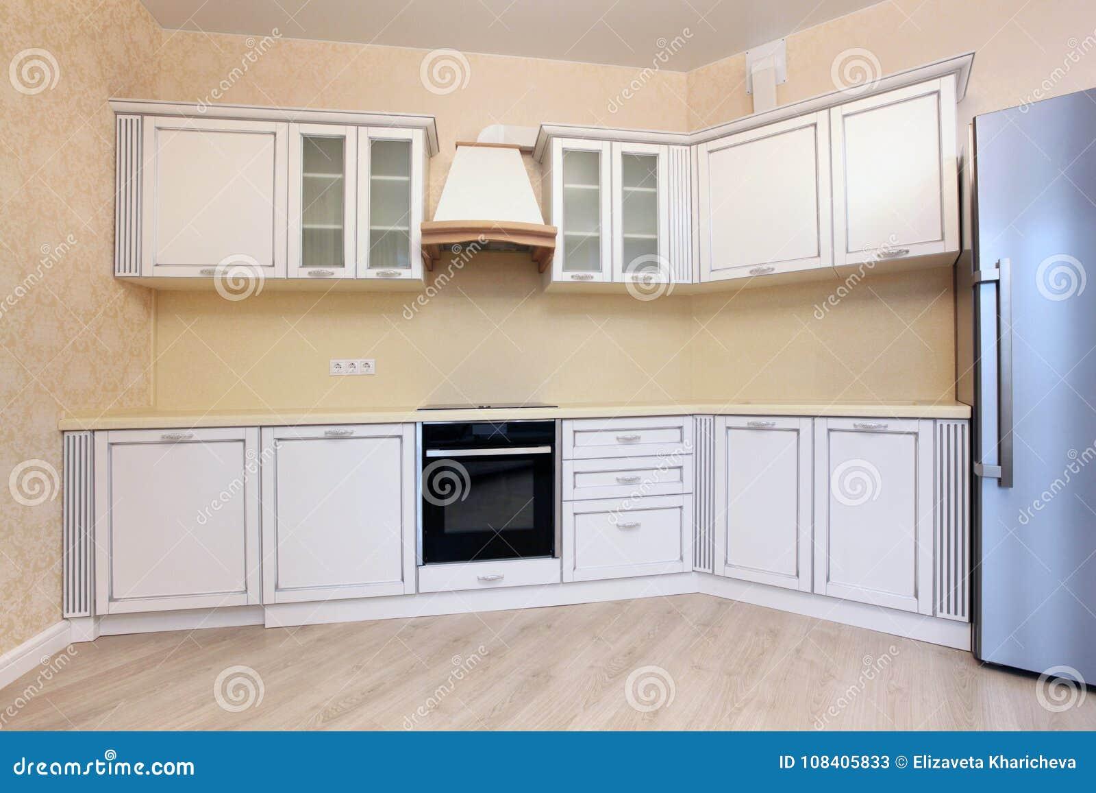 Угловые яркие кухня и холодильник