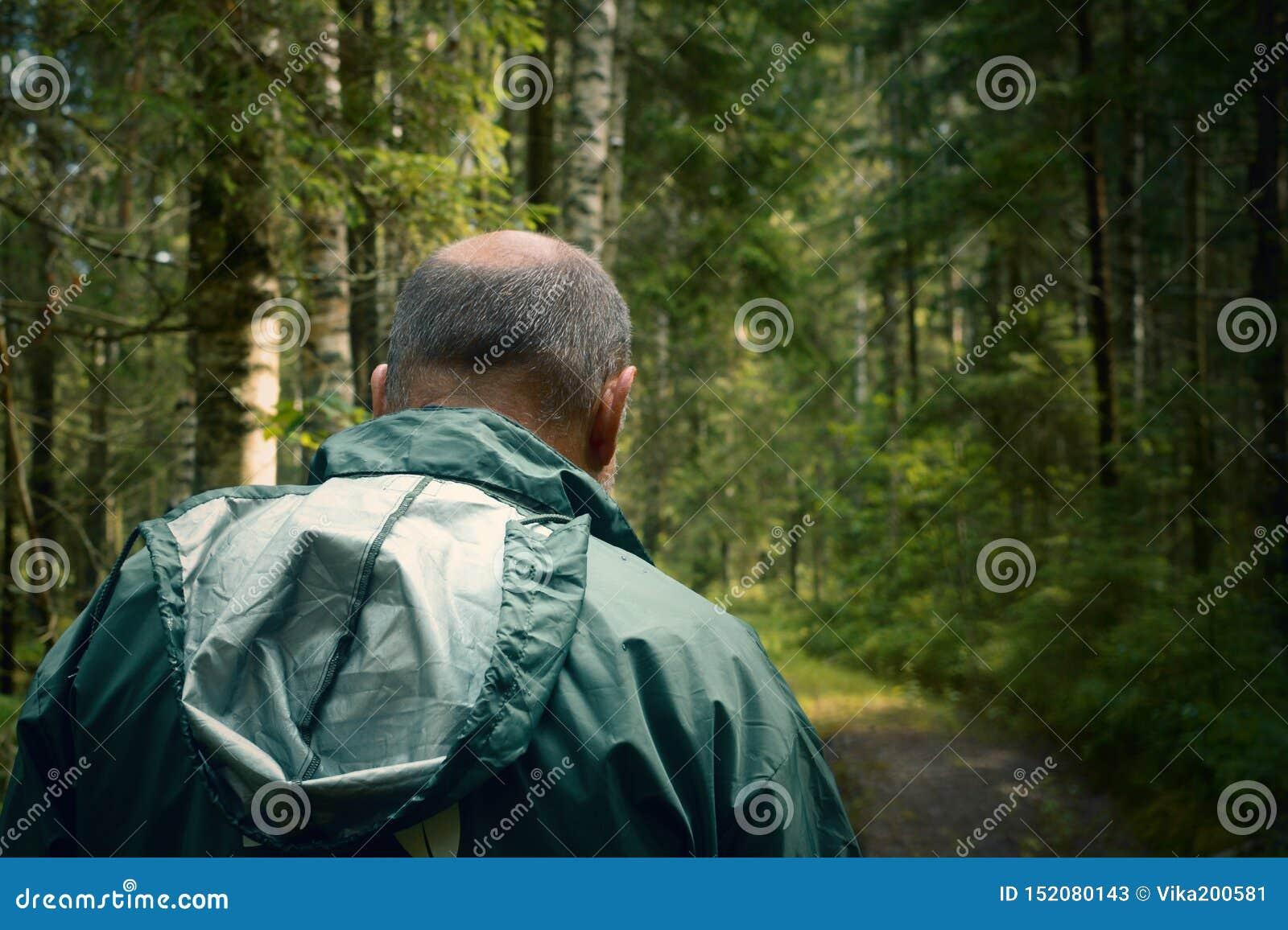 Уголовный и подозрительный человек в лесе