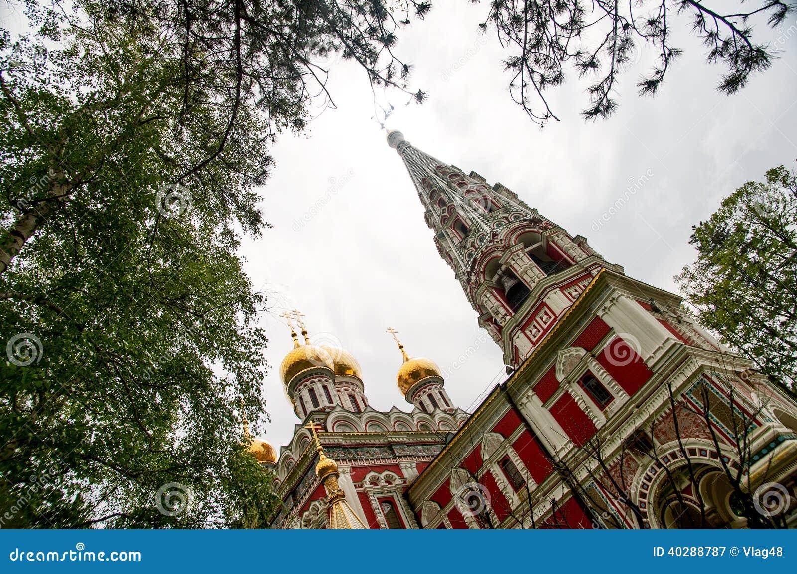 Угол возвышается русская церковь в Shipka