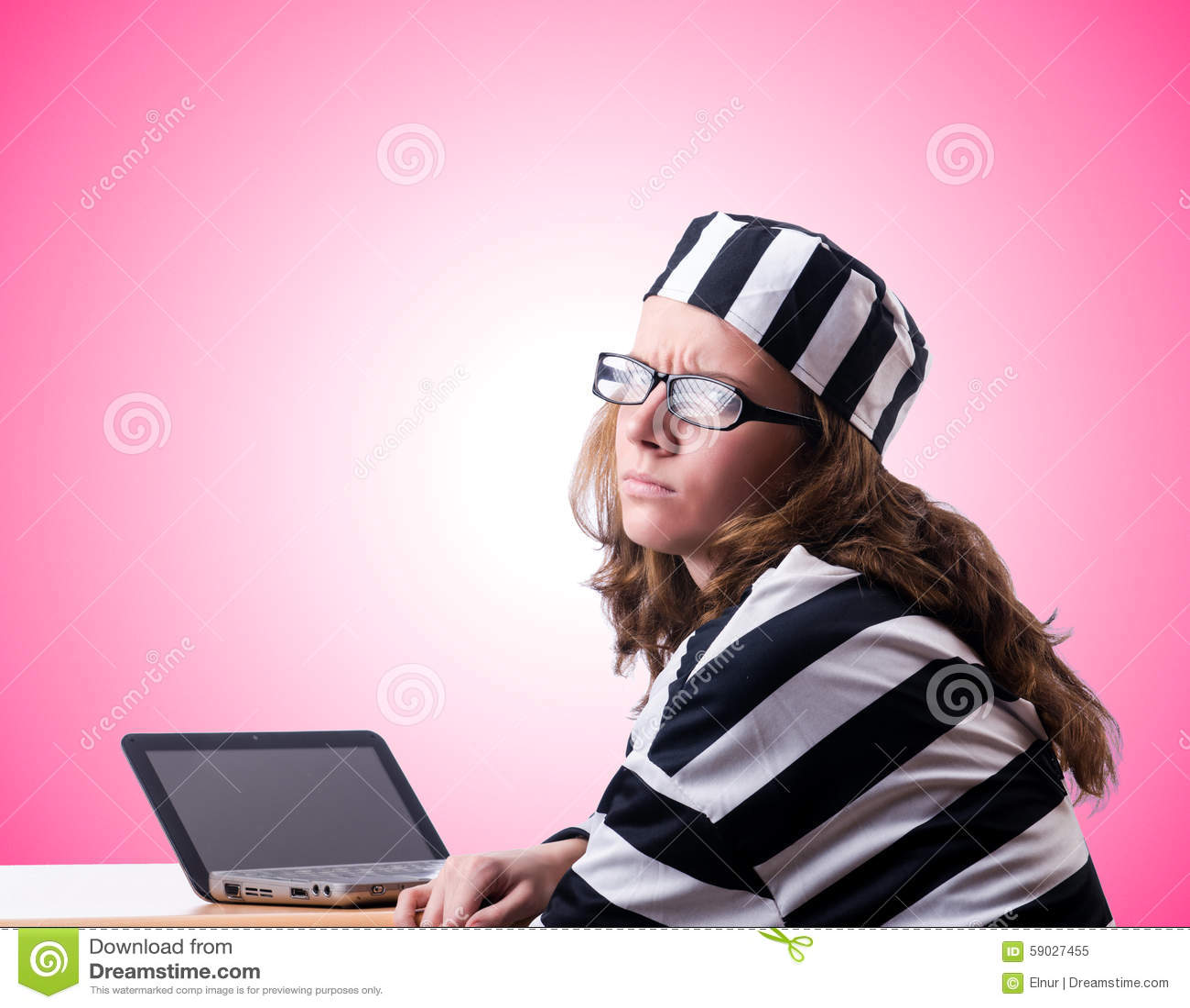 Уголовный хакер с компьтер-книжкой против градиента