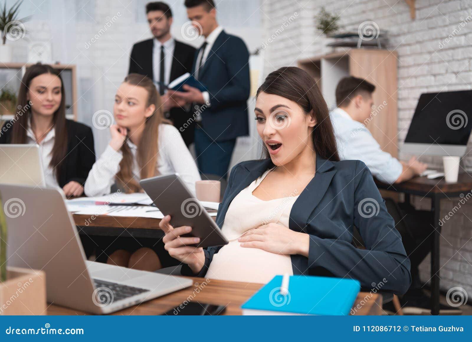 Беременная девушка на работе работа девушке моделью елабуга