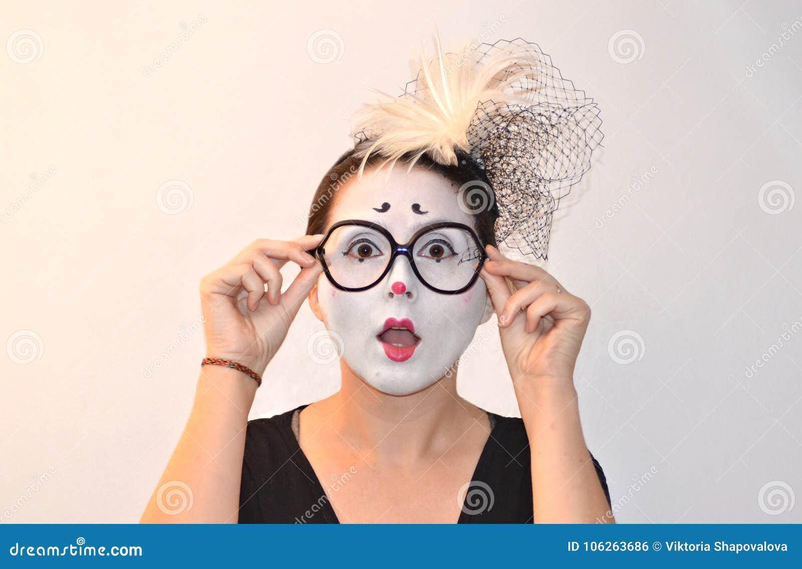 Удивленная и возбужденная красивая девушк-пантомима