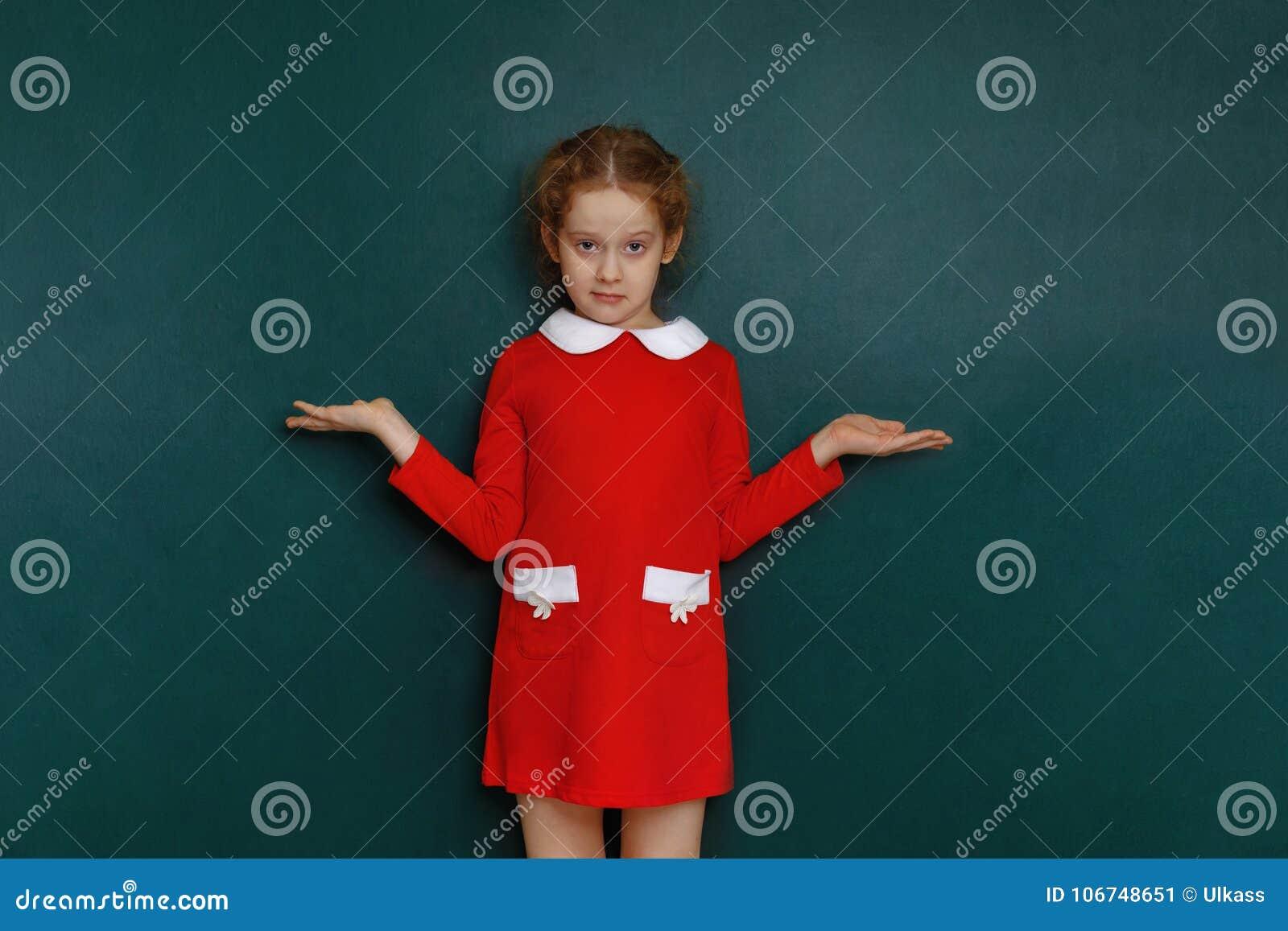 Классная девочка в красном