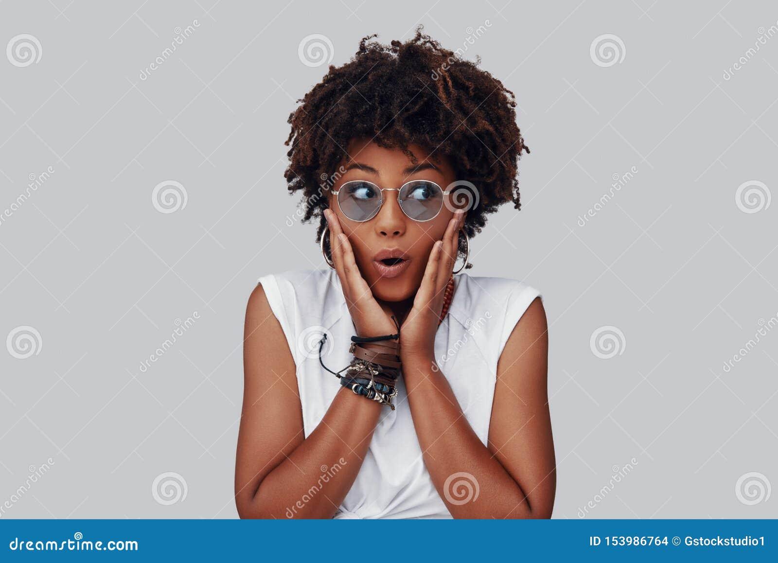 Удивленная молодая африканская женщина