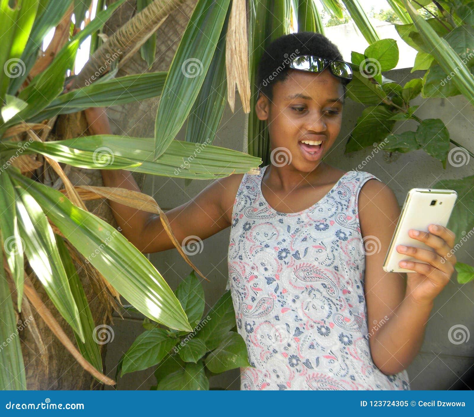 Удивленный мобильный телефон просматривать молодой женщины