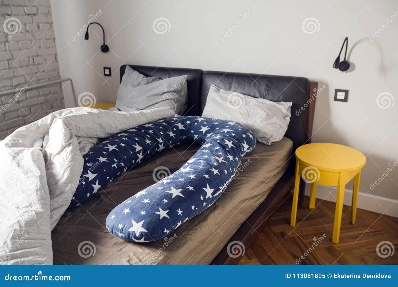 Удобная сторона беременных женщин подушки тела U Стоковое ... 57c6599e09e