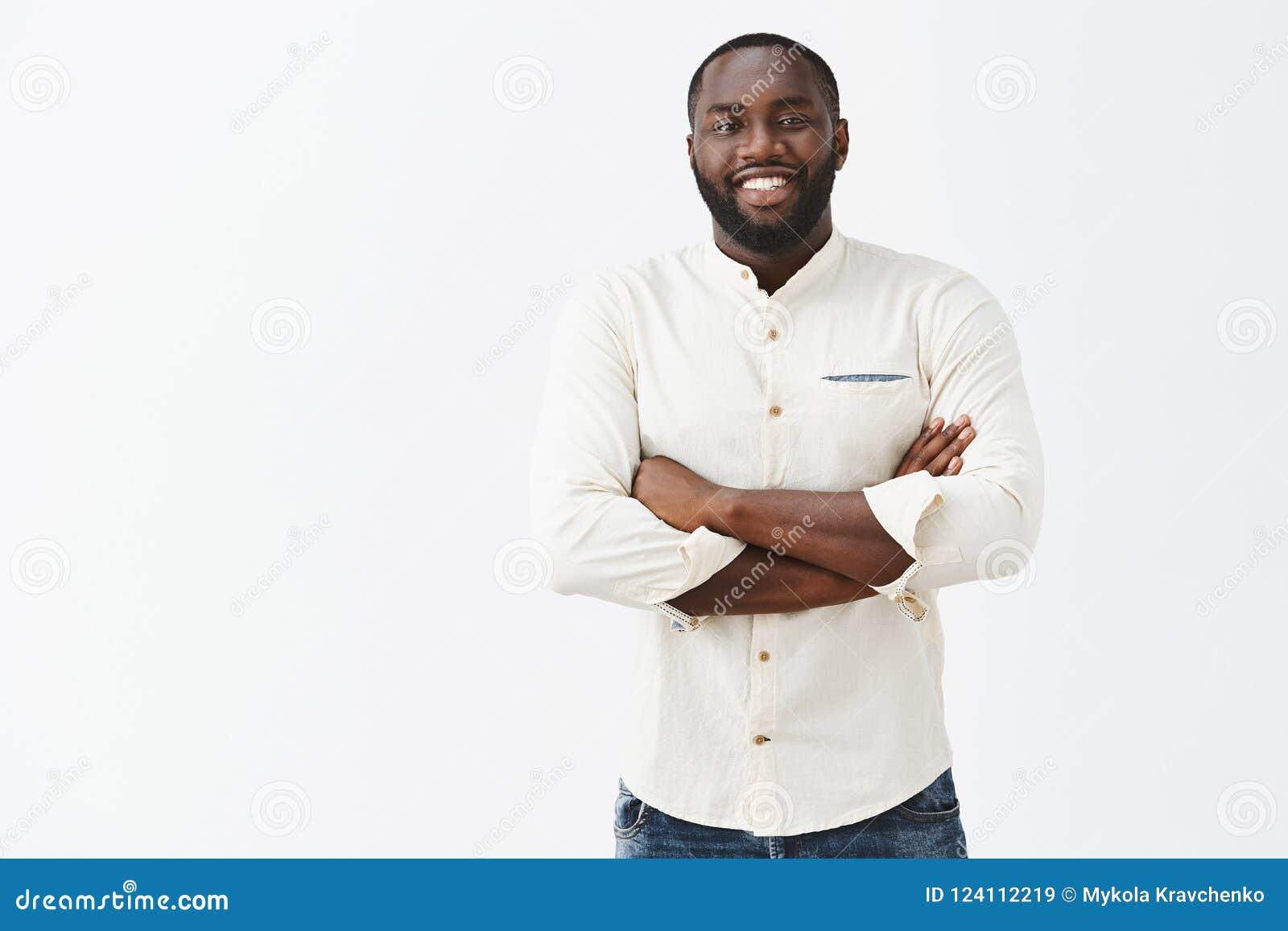 Удовлетворенный Афро-американский человек с смотреть бороды и большой результатом личных усилий, был доволен и счастлив имеет