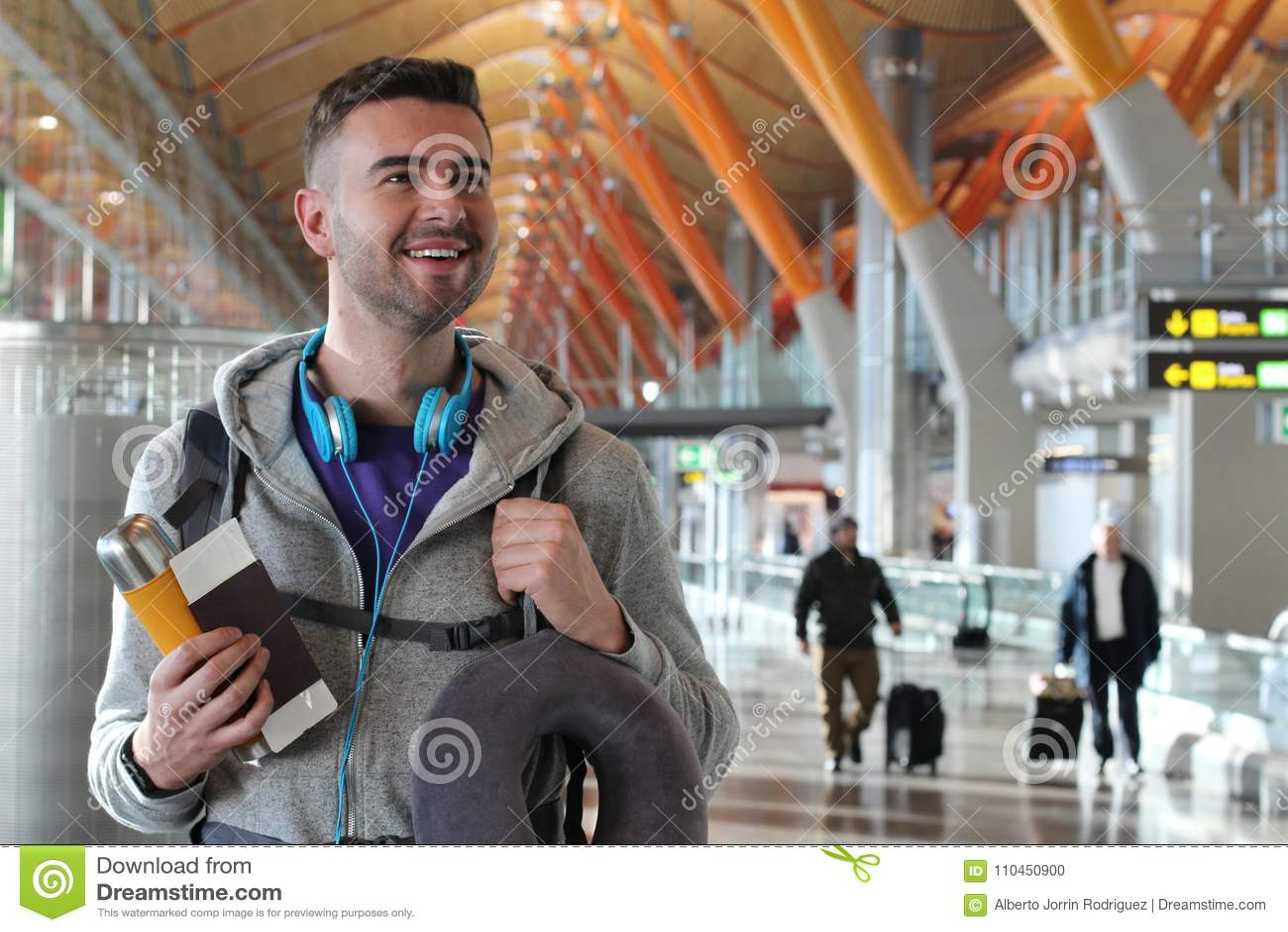 Удовлетворенный путешественник усмехаясь и смотря прочь