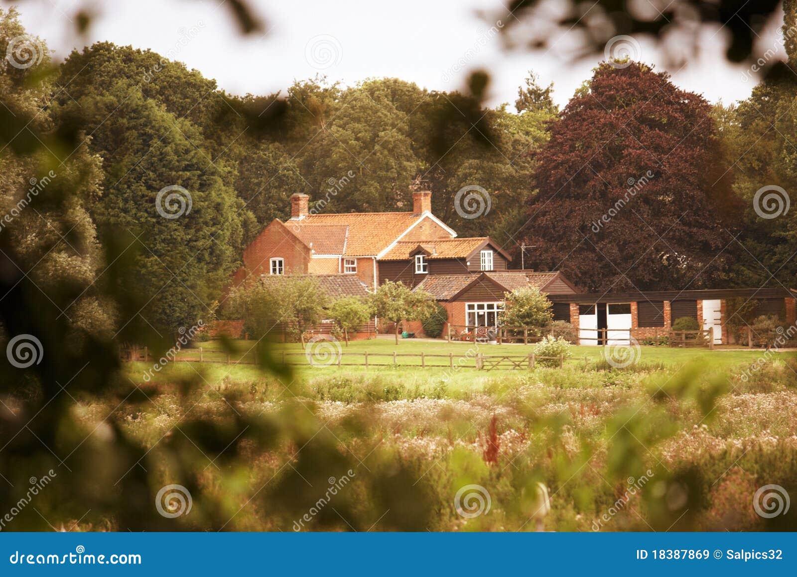 уединенный деревенский дом