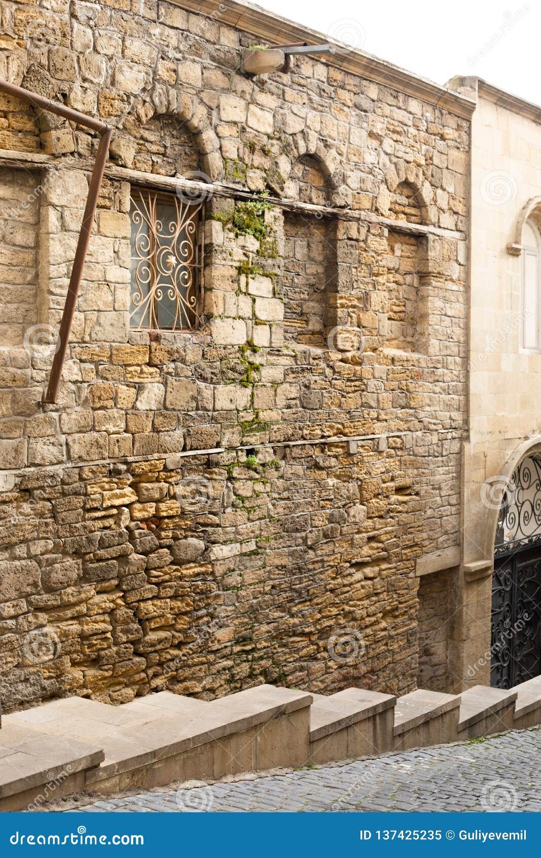 Узкие улочки старых города, старинных зданий и стен Баку, Азербайджан