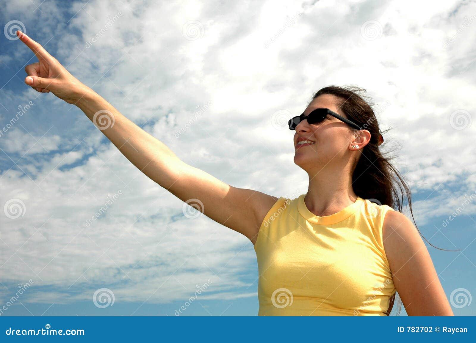 указывать небо к женщине